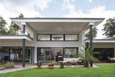 Als Bungalow gestaltet, mit hochwertigen Materialien ausgestattet, architektonischen Besonderheiten versehen und mit einmaliger Lage, bietet das Haus höchsten Wohnkomfort, der zum rundum Wohlfühlen einlädt.