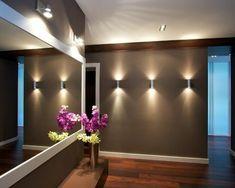 flurgestaltung -modernes spiegel mit buntern dekoblumen - Alles über die Flurgestaltung – Farbschemen, Möbelstücke, Dekoartikel