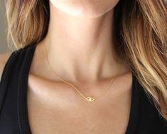 Evil eye collier en vermeil or 24 carats.  Un charme oeil or pend le long d'une chaîne d'or délicate. Très simple encore frappant ! Fonctionne très