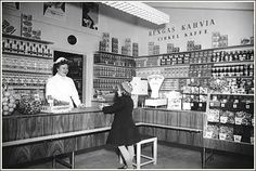 Elanto - 50-luvulla elintarvikesäännöstely jatkui vielä muutamia vuosia. Kahviakin sai vain kuponkia vastaan. Kahvi oli papuina ja se jauhettiin vasta oston yhteydessä. Sekatavarakaupassa oli aina kevyt tuoreen kahvin tuoksu. Kuva: Helsingin kaupunginmuseo.