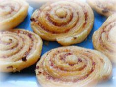 Roulés feuilletés au chorizo (faire revenir un peu le chorizo avant de le hacher.il sera moins gras et aura un gout délicieux de roussi  )