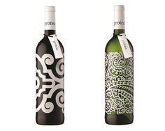 ボトルを包み込むようなオーナメント模様が美しいワインボトル。瓶に直接プリントするらしい。すげー。