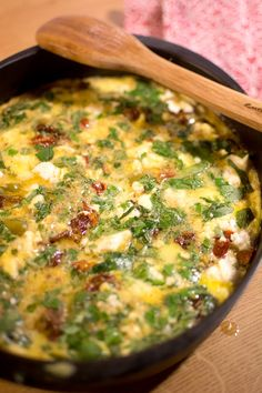 Grekisk omelett med fetaost och basilika Oliver, Omelette, Quiche, Breakfast, Food, Recipes, Morning Coffee, Omelet, Essen