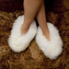 Baby Alpaca Fur Fluffy Slippers, suitable for both men and women. Incredible soft, lined with fur on the inside too. Sock Shoes, Cute Shoes, Shoe Boots, Pijamas Onesie, Fluffy Shoes, Fuzzy Slippers, Winter Slippers, Bedroom Slippers, Slipper Sandals