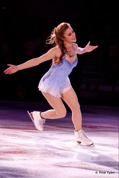 beautiful shapes and outfits in figure skating (I've a lot of pictures in my pc. Hot Figure Skaters, Figure Skating Costumes, Figure Skating Dresses, Women Figure, Ladies Figure, Ashley Wagner, Running Pictures, Ice Girls, Gorgeous Redhead