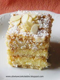 To ciasto widziałam już na wielu blogach w różnych wersjach: z budyniem lub bez, z białą czekoladą lub bez. Ja postanowiłam pomieszać te pr...