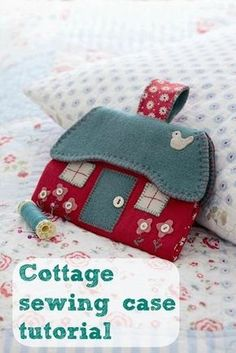 House shaped sewing case (or needle case) for emergency repairs and alterations, or as a gift to someone getting started. Sewing Projects For Beginners, Sewing Tutorials, Sewing Hacks, Tutorial Sewing, Felt Crafts, Fabric Crafts, Sewing Crafts, Needle Case, Needle Book