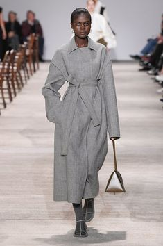 Jil Sander Fall/Winter 2020 RTW collection fashion show photos from Milan Fashion Week (Feb, Ready-to Wear runway photos, models, womenswear collection Black Women Fashion, Grey Fashion, Fashion Show, Women's Fashion, Jil Sander, Coats For Women, Clothes For Women, Milano Fashion Week, Fall Sweaters