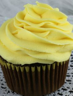 Classic Buttercream Frosting flavored with fresh lemons makes this Best Lemon Buttercream Frosting one of those go-to frostings that will always be a hit. Lemon Buttercream Icing, Cake Frosting Tips, Homemade Frosting, Frosting Recipes, Lemon Desserts, Lemon Recipes, Dessert Recipes, Just Bake, Lemon Cookies