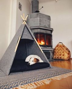 32 Rustic Indoor Dog Houses Design Ideas For Small Dogs To Have - Most people think of outdoor dog houses when they thing of a dog house. However, there are also indoor dog houses. Which are perfect if you want to ke. Animal Room, Costume Chien, Relax House, Kitten Beds, Dog Bedroom, Bedroom Ideas, Puppy Room, Diy Dog Bed, Dog Tent Bed