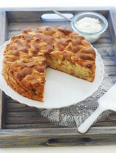 Pamiętam to ciasto jeszcze z dzieciństwa. Moja Mama robiła je z plasterkami jabłek albo nawet z jabłkami krojonymi w ćwiartki. Ja kroj...