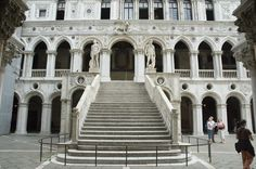 Google Image Result for http://upload.wikimedia.org/wikipedia/commons/3/36/Palazzo_ducale,_scala_dei_giganti_02.jpg