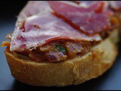 Tosta de jamón con tomate y albahaca