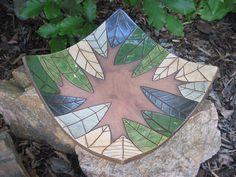 """čtvercová """"listová"""" Čtvercová mísa třeba na ovoce pozvednutá na třech nožkách. Velikost 20x20cm. Vzor zelené listy."""