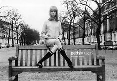 model-and-photograher-pattie-boyd-posing-on-a-park-bench-1964-boyd-picture-id120185147 (612×423)