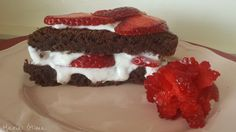 Este bolo é uma experiência única! A combinação do chocolate com a frescura do recheio de iogurte batido com morangos frescos é verdadeiramente surpreendente e saudável. Foi por isso, que estive tenta