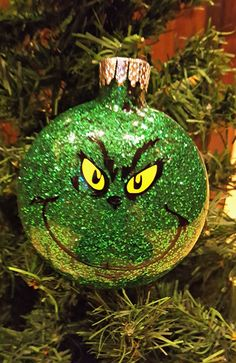Love seeing all those cute glitter ornaments? Here's a great easy DIY glitter ornament tutorial to get you started making them!