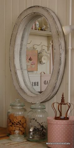 Love the mirror for the entry. The blog is in Finnish.