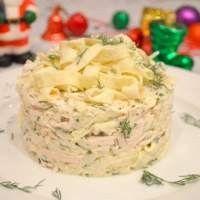 Салат из капусты с куриным филе и омлетом