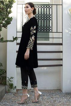 Velvet Pakistani Dress, Pakistani Dresses Party, Simple Pakistani Dresses, Pakistani Wedding Outfits, Pakistani Dress Design, Fancy Dress Design, Stylish Dress Designs, Designer Party Wear Dresses, Indian Designer Outfits