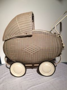 antiker puppenwagen aus korb korbpuppenwagen 40er 50er kult korbpuppenwagen wicker dolls. Black Bedroom Furniture Sets. Home Design Ideas