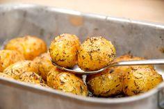 Sådan laver du timiankartofler i ovnen. Du bruger små kartofler, der bages i ovnen med olie og timian, og så har du lækkert tilbehør.