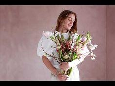 Vi nyter våren og lyset - og lengre dager inspirerer mange til å fornye litt hjemme! Hva med å male stua i en vårlig rosa farge med LADY Minerals kalkmaling Floral Wreath, Wreaths, Painting, Home Decor, Lily, Floral Crown, Decoration Home, Door Wreaths, Room Decor