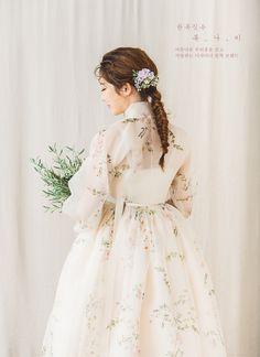 Korean Fashion – How to Dress up Korean Style – Designer Fashion Tips Korean Traditional Clothes, Traditional Fashion, Traditional Outfits, Korean Fashion Trends, Korean Street Fashion, Dress Attire, Dress Up, Hanbok Wedding, Modern Hanbok