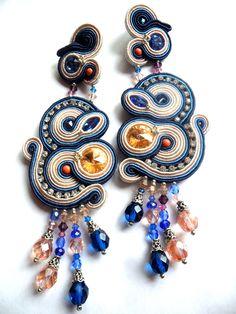 orecchini soutache con swarovski nei toni del blu e rosa cipria
