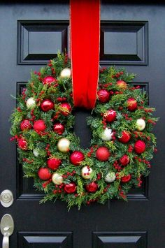 Looking for beautiful Christmas wreaths? Here, we have a good collection of some of the most beautiful Christmas wreaths ideas. Get inspiration from these Christmas wreath decoration ideas. Noel Christmas, All Things Christmas, Winter Christmas, Christmas Crafts, Ireland Christmas, Thanksgiving Holiday, Outdoor Christmas, Decorations Christmas, Holiday Wreaths