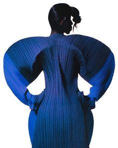 Issey Miyake by Irving Penn, 1991 - Alain. Issey Miyake, Fashion Art, High Fashion, Fashion Design, Style Bleu, Avantgarde, Irving Penn, Image Mode, Foto Art