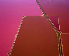 Le fotografie aeree delle saline di David Burdeny colorate come un dipinto astratto Il fotografo canadese David Burdeny ha realizzato una serie di scatti affascinanti ed enigmatici, ma soprattutto coloratissimi. I toni sono così vivi, la campiture così uniformi ed apparentemente inn #arte #fotografia #natura #visioneaerea