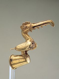 Toucan (finial) Gold Weight: g. L: cm Probably from the department of Bolivar (Colombia) Sinu Pre-Columbian. Animal Jewelry, Jewelry Art, Jewellery, Colombian Gold, Golden Treasure, Ancient Jewelry, Gold Art, Native American Art, Ancient Art