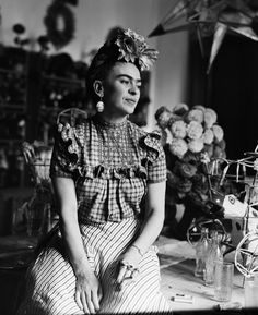 (Original Caption) Photograph of Frida Kahlo Mexican painter and wife of Diego Rivera. Diego Rivera, Black And White Portraits, Black White Photos, Black And White Photography, Frida E Diego, Frida Art, Frida Kahlo Facts, Frida Kahlo Costume, Freida Kahlo