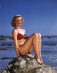 Vintage Fashion in Large Format Photography – 12 Stunning 4x5 Kodachrome Photos of Beauties in '50s Swimsuits