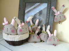 Pomoooc, přemnožili se zajíci!!! :))))) Je tady jaro, v přírodě to vře, ptáci vesele vyzpěvují od časného rána a nezbývá, než se připravit na Velikonoce! Co si tak udělat radost malým závěsem zajíce?Ušila jsem ho ze lnu v režné, přírodní barvě, ušiska má taky ze lnu, jen mu na nich vykvetly růže:)Nebo je má z bavlněného puntíčku v pudrové barvě.Je vyplněn ...