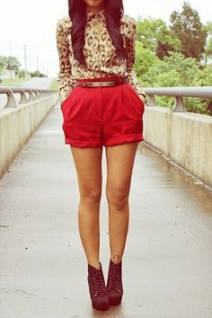 camisa leopardo, short vermelho
