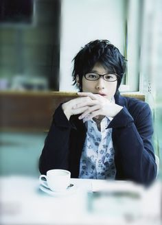 北海道の時の男友達となんとなく付き合っているというか毎日電話している。This is pretty close to my original idea of him. Glasses, swooping hair.
