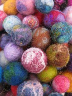 International Feltmakers Association - Techniques Felt balls - wet and needle tutorial Yarn Crafts, Felt Crafts, Fabric Crafts, Felt Fabric, Fabric Art, Fabric Beads, Nuno Felting, Needle Felting, Felt Ball Rug