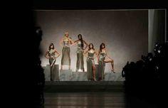carla bruni claudia shiffer cindy crawford naomi campbell y helena christensen para versace  Milán Fashion Week: Versace Primavera-Verano 2018, desfilan las veteranas