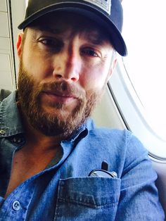 Jensen Ackles ‏@JensenAckles Back on a plane...can only mean 1 thing.  Season 11, here I come. #SPN11 #HiatusBeard