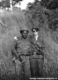 Soviet advisor Tatyana Davydova poses with an Angolan soldier in Angola. West Africa, South Africa, Super Images, Vietnam War Photos, Soviet Army, Modern Warfare, Cold War, Military History, World War Ii