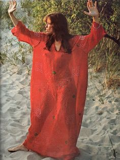 Carly Simon wearing red caftan standing on the sand. Photo from CIRCUS magazine, March Hippie Man, Hippie Bohemian, Ursula, Battle Of The Mind, Hollywood Knights, Sexy Women, Carly Simon, Sixties Fashion, Vintage Hippie
