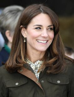 Celebrities rocking the lob hair cut as Kate Middleton shows off amazing new look - Hair Strategy Kate Middleton Hair, Estilo Kate Middleton, Kate Middleton Outfits, Lob Hairstyle, Cool Hairstyles, The Duchess, Prince William And Kate, Medium Hair Styles, Hair Inspiration