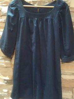 Vestido en color azul marino, amplio, manga tres cuartos, abonotado en la parte trasera, perfecto para llevar suelto o con cinturón.