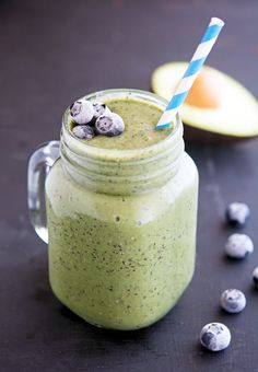 The 14 Best Smoothie Recipes: Healthy, Delicious, and Easy to Make in a Rush Avacado Smoothie, Blueberry Spinach Smoothie, Spinach Smoothie Recipes, Apple Smoothies, Healthy Smoothies, Healthy Drinks, Green Breakfast Smoothie, Blueberry Juice, Best Smoothie