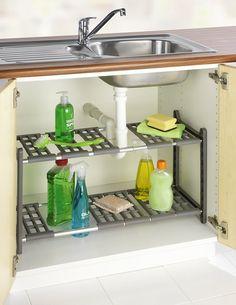 Super pratique pour gagner des espaces de rangement dans une petite cuisine. Une étagère réglable télescopique qui s'adapte facilement à l'espace du placard sous évier. Cette étagère est réglable par rapport au siphon et aux tuyaux.