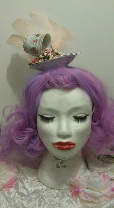 """Coiffe """"Alice in wonderland"""" 35€ Je crée également des coiffes sur mesures. Retrouvez moi sur Facebook https://www.facebook.com/bulledelise/?ref=bookmarks ou sur mon site internet www.labulledelise04.com I send in the world! :)"""