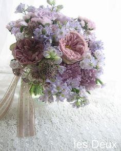 スモーキーカラーの優しい色合いは、白にもブルー系のドレスにも相性の良いブーケ。