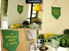 Quem levanta a bandeira de que é #brasileiroagoraesempre com a gente não vai querer deixar de pendurar essa belezura nas paredes da sua casa! Vem com a gente, vem! #fundecarteirinha #imaginarium :D